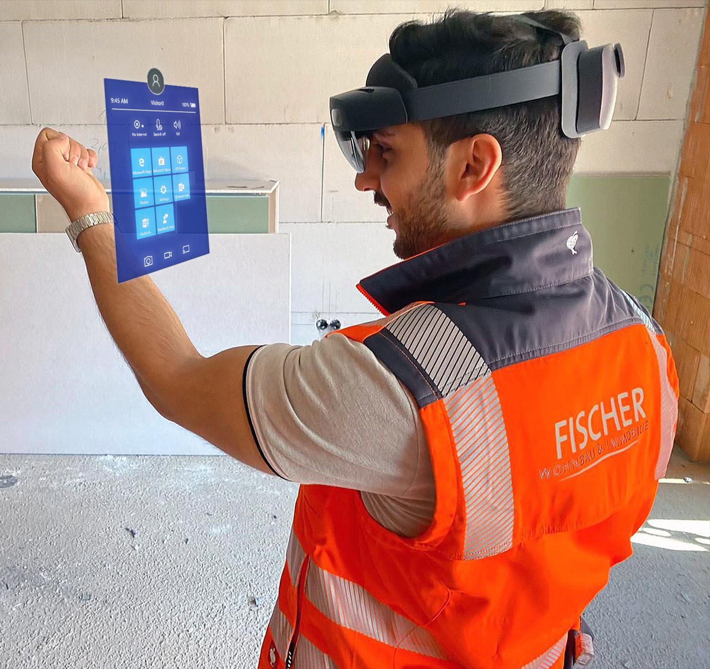 Bauleiter mit Holo Lens 2 auf Baustelle